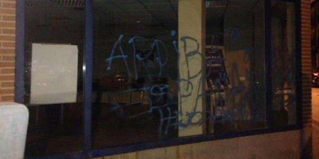 """La """"Casa del Barrio"""" de Somos Pozuelo amaneció ayer con pintadas neonazis"""